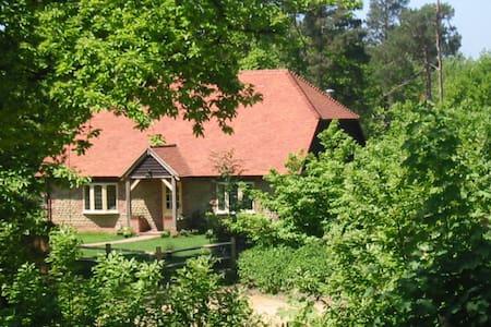 Spacious cottage in idyllic woodland setting - Graffham - Casa