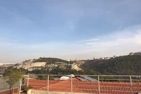 Charming new apt w. spacious sunny balcony - Mevaseret Zion