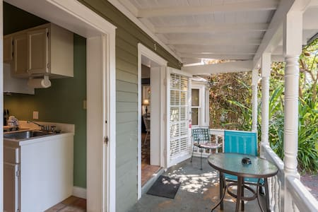 Dog-friendly beach suite w/ shared hot tubs, kitchenette, patio space, and more!