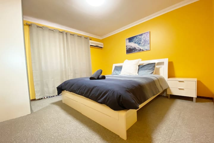 Midland Central KING BED Aircon Wifi & Netflix Inc