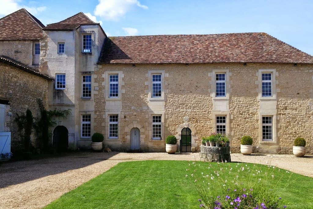 Château des Meurs cour intérieure
