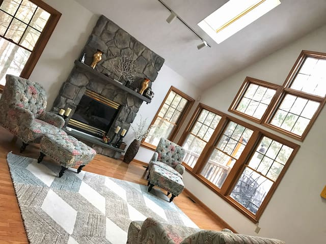 Beautiful & Spacious Home in Exclusive Lake Naomi! - Pocono Pines