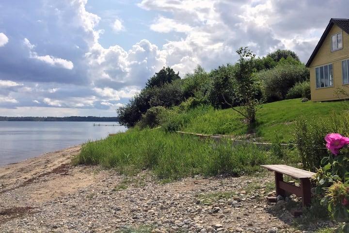 Træsommerhus -  egen strand direkte fra terrassen