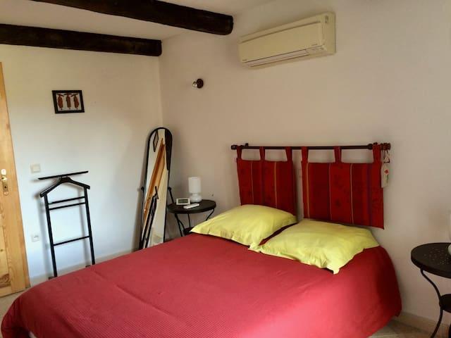 chambre pourpre climatisée lit 140 penderie et commode