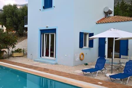 Villa Petroula with private swimming pool - Lourdata
