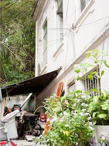 Um quarto na casa na vila - A room in the house - Rio de Janeiro