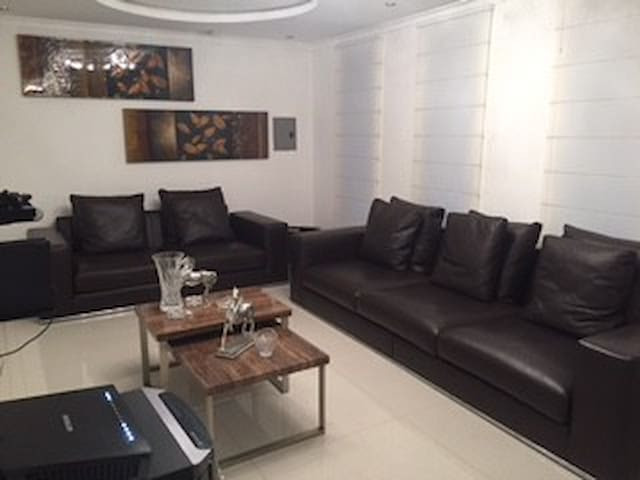 Habitacion con baño propio en lujosa Casa
