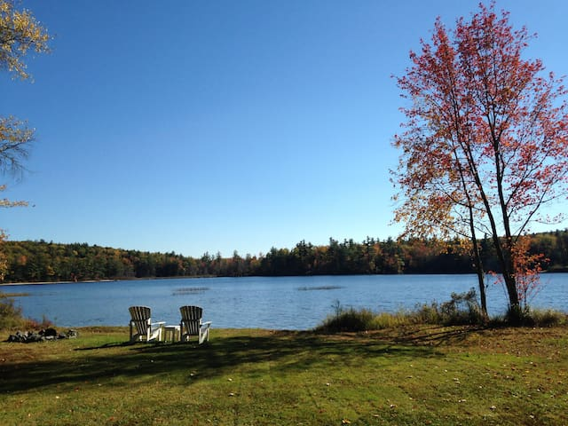 Secluded log home on private pond in Wolfeboro, NH - Wolfeboro - Huis