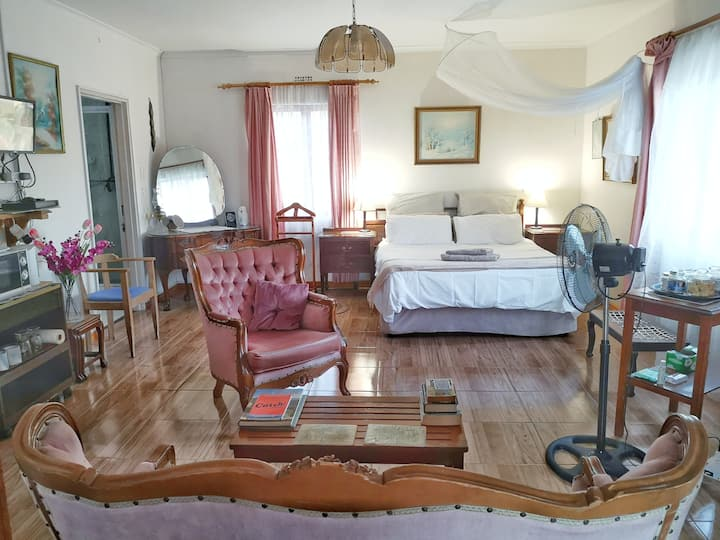 Spacious master bedroom suite close to the sea!