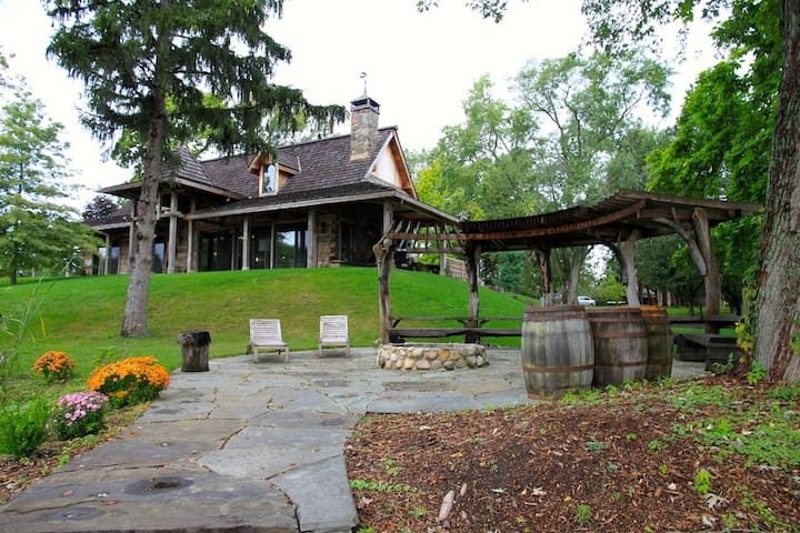 Designer Inspired Lodge w/Private Lake