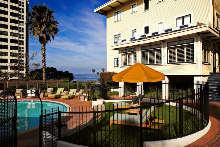 Spacious + Cozy Garden View Studio | Close to beaches!