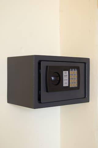 En ambas habitaciones disponible caja de seguridad digital, la cual permite ingresar un pasword de hasta 6 digitos por el cliente. Elemento de seguridad puesto a su disposicion, se rocomienda guardar objetos de valor y efectivo para mayor seguridad.