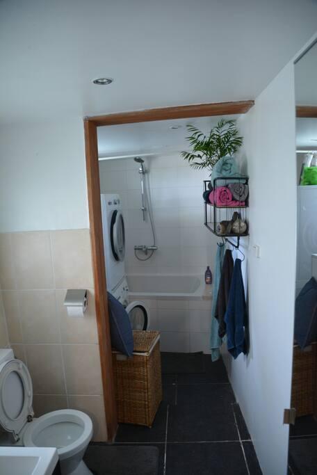 douche en toiletruimte met wasmachine en droger