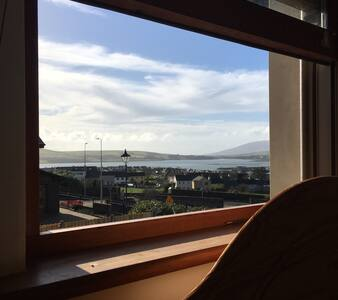 Upstairs Double Room Overlooking Dingle Bay +Wifi - Dingle - Rumah