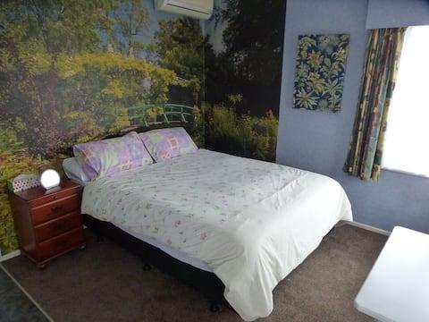 Spacious bedroom so close to Hamilton Gardens