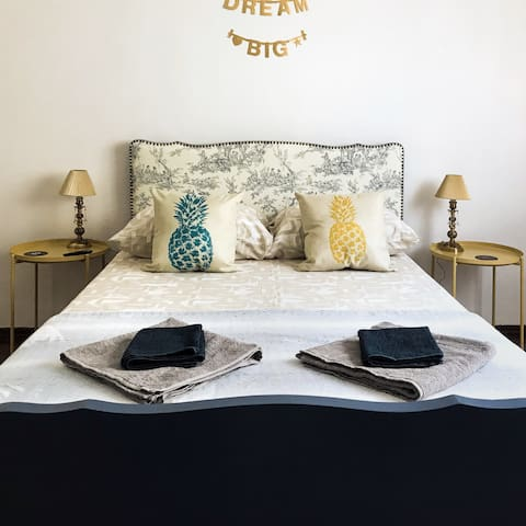 STYLISH ROOM PRIVATE BATH BEST LOCATION OLD CITY
