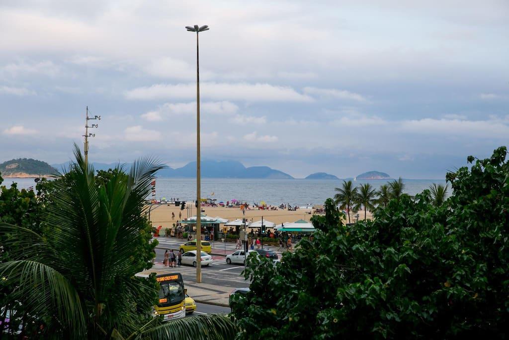 Vista da sala de estar da avenida atlântica e praia de Copacabana