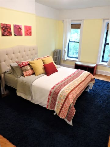 The master bedroom has a comfortable queen-size bed (sleeps 2 guests), a closet and two large windows that provide wonderful natural light.