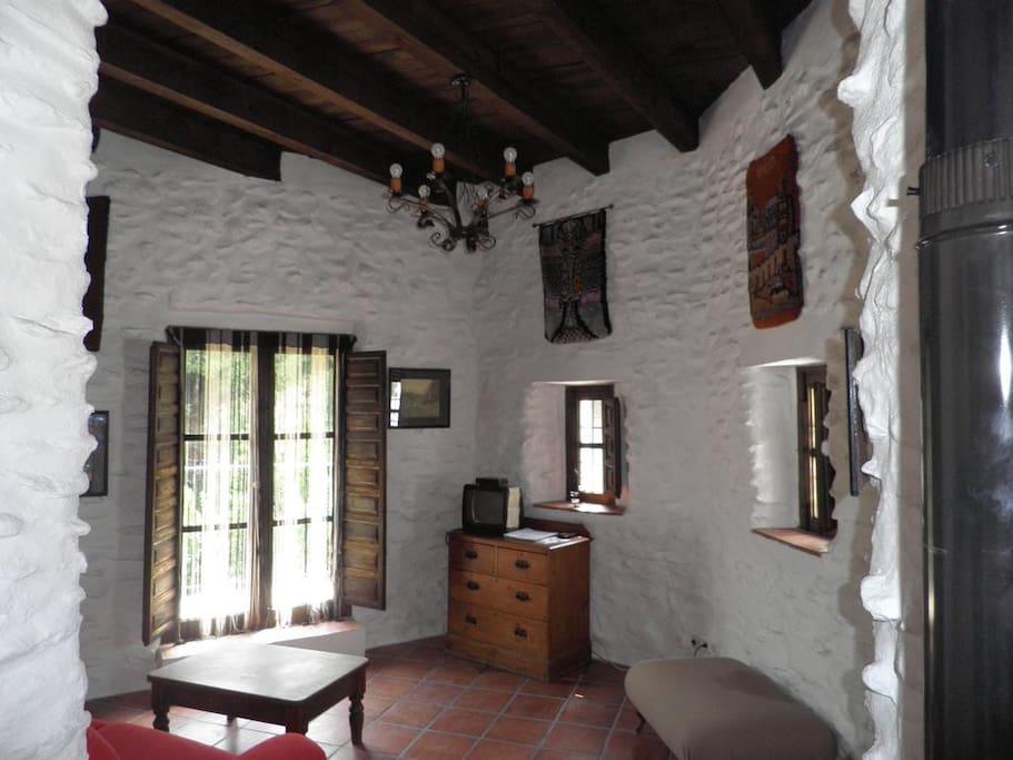 El balcón de Torre Antigua da al puente romano de Salares y a los naranjos, castaños y nogales del Parque Natural de Sierra Tejeda