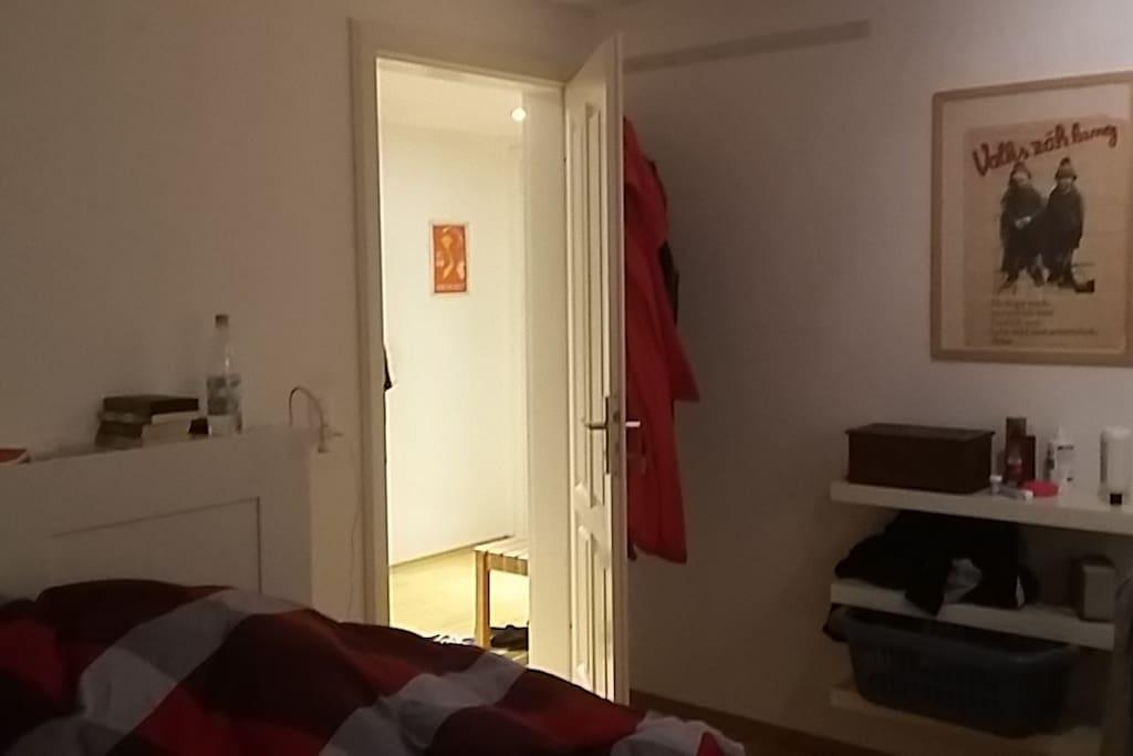 Dein Schlafzimmer mit gemütlichem Doppelbett.