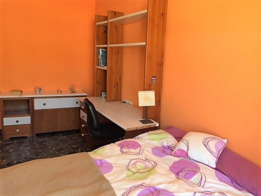 Habitación doble. con escritorio amplio para trabajar