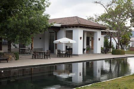 Preciosa villa en área de Antigua Guatemala