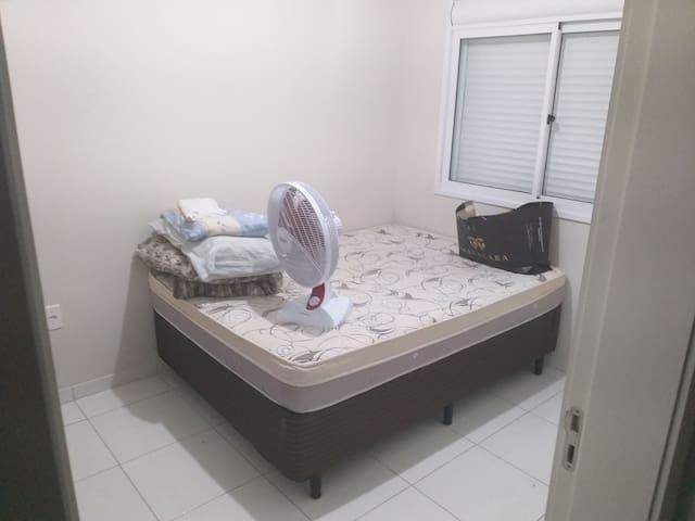 Dormitório em apto semi mobiliado