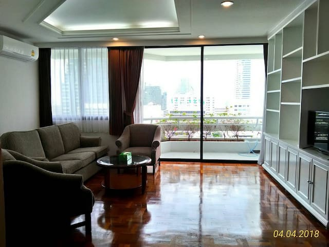Beautiful 3 Bedrooms City Center/Sky Train