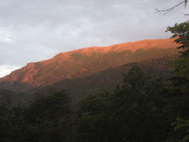 Vista del atardecer sobre los cerros