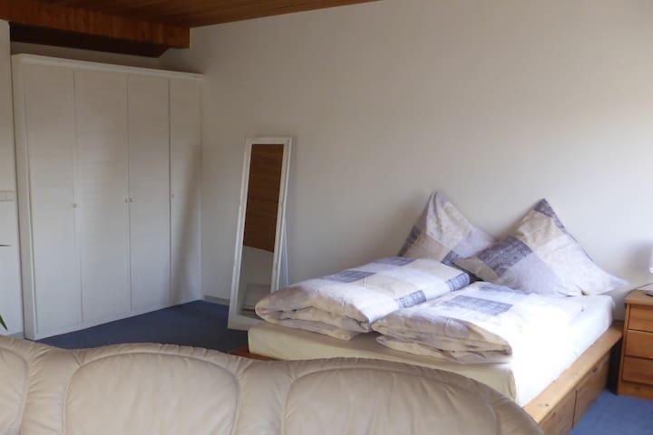 Bett mit Einbauschrank