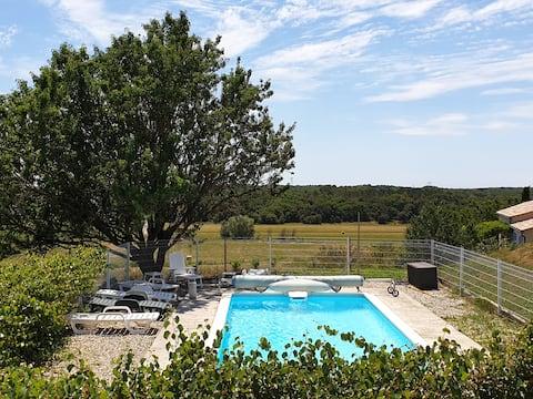 Suite privée près d'Uzès avec terrasse et piscine