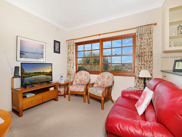 Just chat and enjoy the relaxed atmosphere of this cosy room
