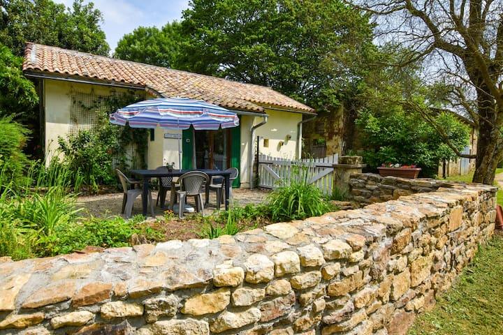 Acogedora casa con un gran jardín, una piscina climatizada y una sala de recreo