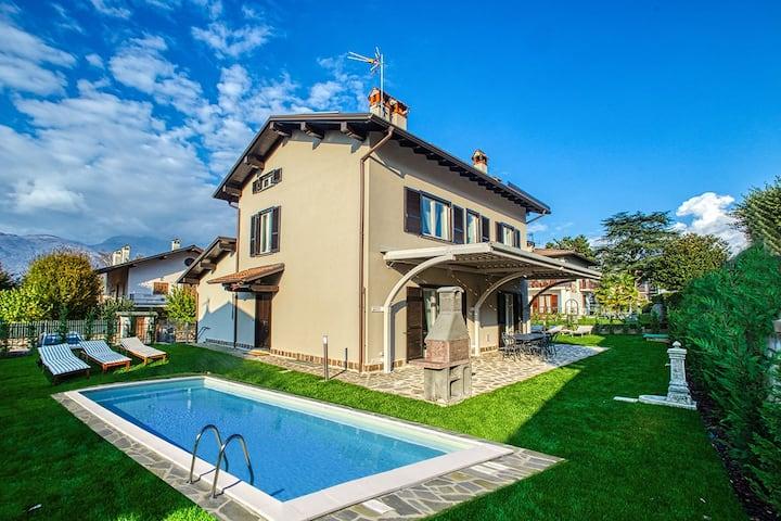 villa family with pool colico center