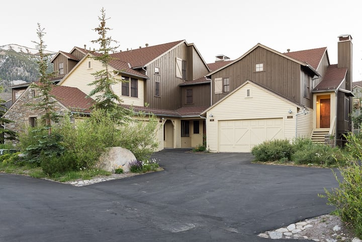 Spacious Townhome with stunning mountain views, WiFi, and shared hot tub