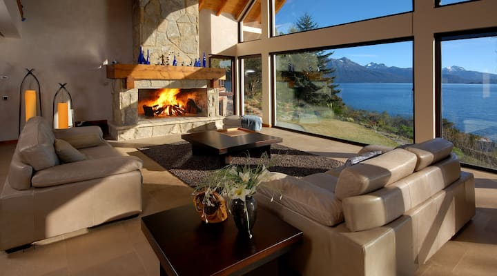 STUNNING 4-BEDROOM HOME WITH LAKE SHORE (H40)