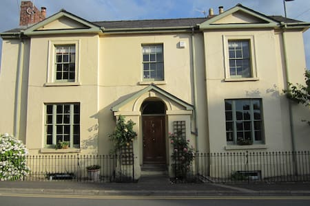Double room  in Abergavenny Georgian Townhouse - Abergavenny - บ้าน