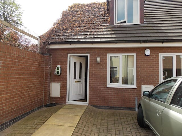 Modern, whole house,  near University - Hull - Huis