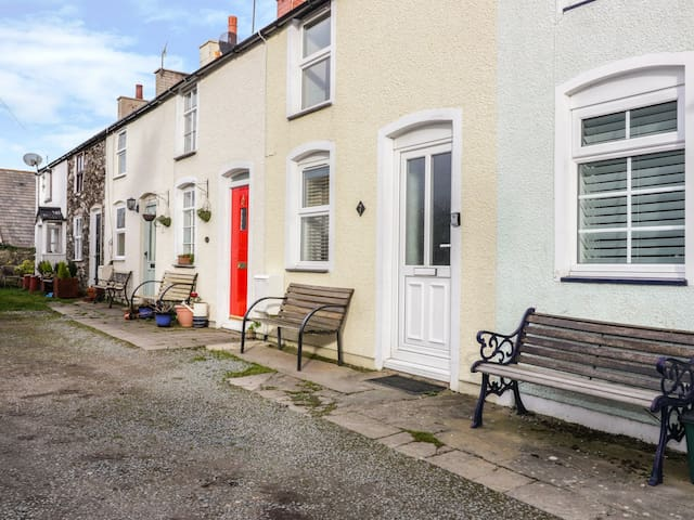FISHERMANS COTTAGE, pet friendly, with a garden in Conwy, Ref 26523