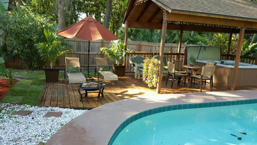 Great Room w access Heated Pool & Hot-Tub Oasis! - Daytona Beach - Casa