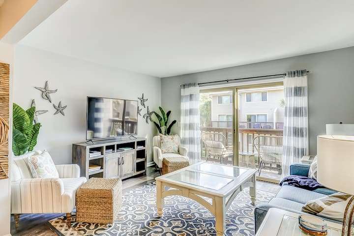 Second-floor condo w/shared outdoor pool, central AC, and beach access