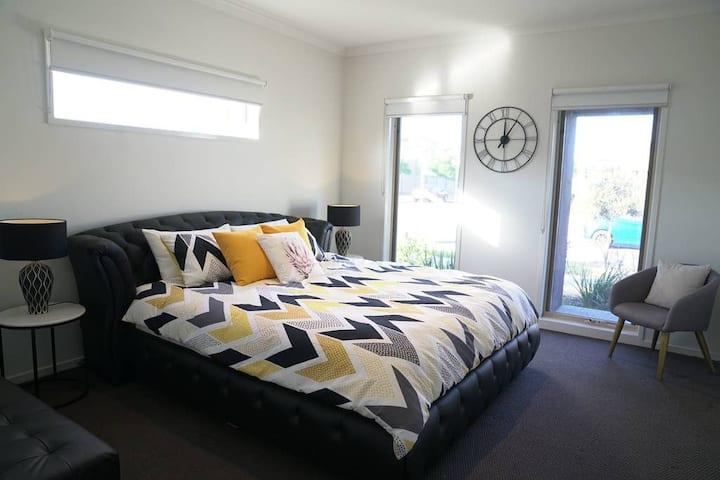 Classic 6BRM Villa in Melbourne