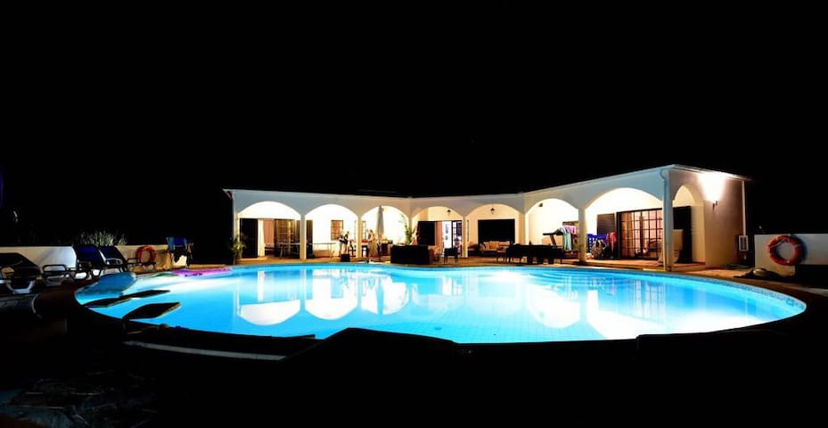 Casa Bonita Villa - Swimming Pool and Tennis Court