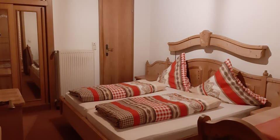 Pension/Ferienwohnungen Ludwig (Rimbach), Doppelzimmer 17 mit Balkon und Bergblick