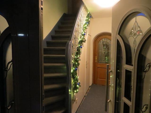 Hauseingang mit Treppe zur Wohnung