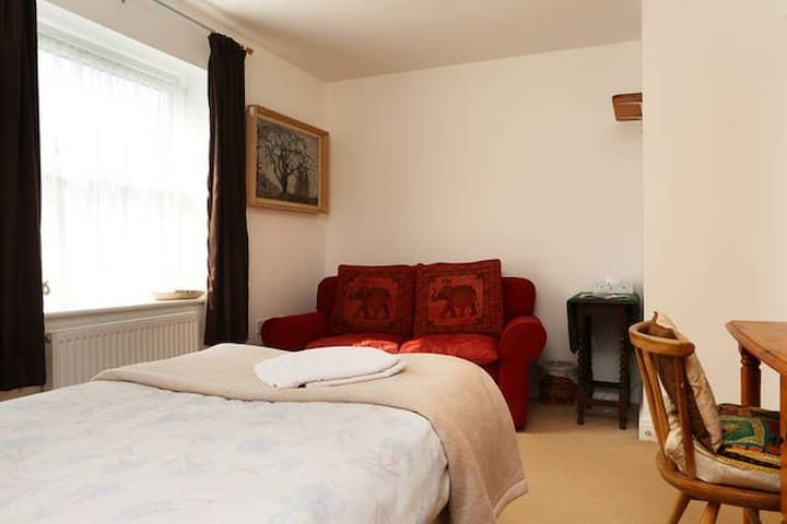 Single room in vibrant Frome. Welcome :)
