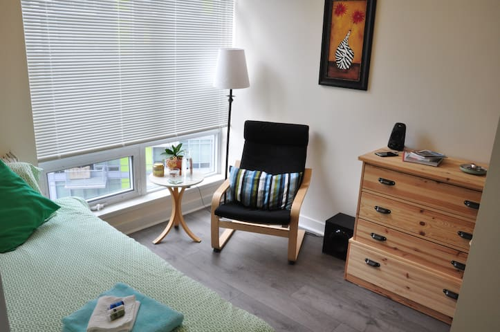 Bright room in Brentwood near U of C and Ctrain - Calgary - Leilighet
