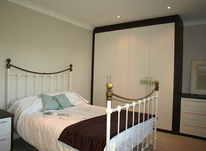 Beautiful double room in leafy tranquil setting.