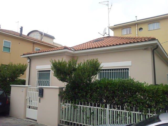 Villetta indipendente 50mt dal mare