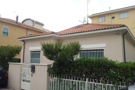Villetta indipendente 50mt dal mare - Rimini